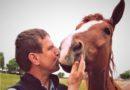 VIDEO: Václav Vydra vysvětluje, proč koně nekovat, ale místo toho jim strouhat kopyta